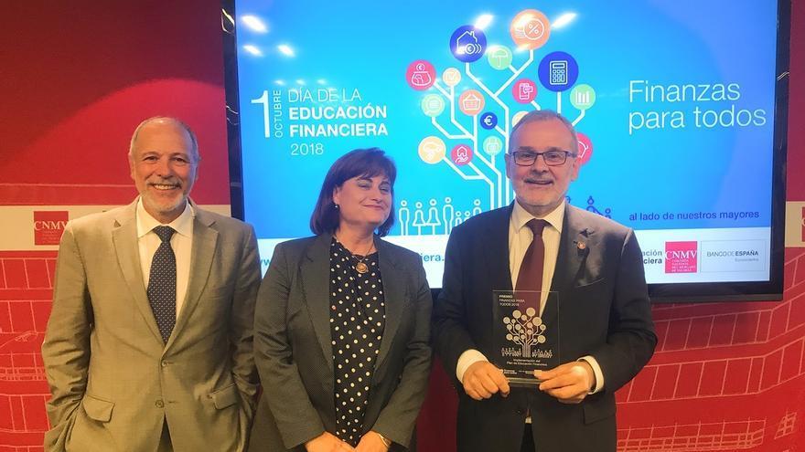 El rector de la UC recoge el premio al programa Finanzas para Mortales otorgado por Banco de España y CNMV