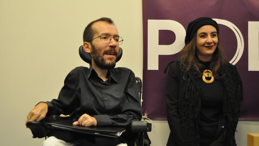 El eurodiputado Pablo Echenique junto a la representante de Syriza, Marina Rentoulis. \ Maruxa Ruiz del Árbol