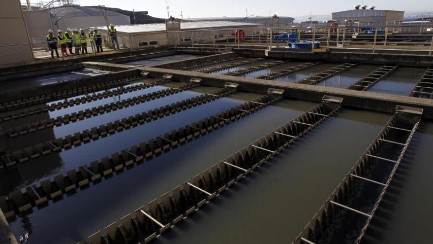 La investigación iniciada por la empresa pública Edar Bens para analizar la presencia del COVID-19 en las aguas residuales de A Coruña, Arteixo, Cambre, Culleredo y Oleiros, ha confirmado la presencia de material genético del virus en dichas aguas y su eliminación antes de salir al mar.