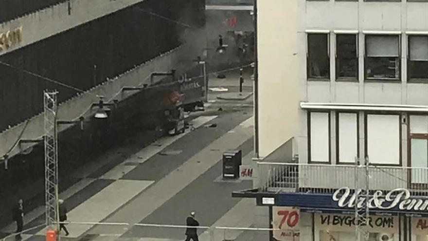 Vista de un camión que ha atropellado a varias personas y que se ha estrellado contra una tienda de la calle comercial de Drottninggatan en el centro de Estocolmo, Suecia hoy 7 de abril de 2017.