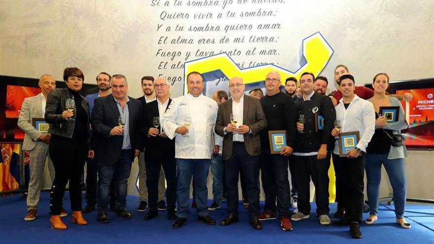 Los cocineros y responsables de los establecimientos grancanarios incluidos en la guía Michelin, en el homenaje que les ha rendido el Cabildo