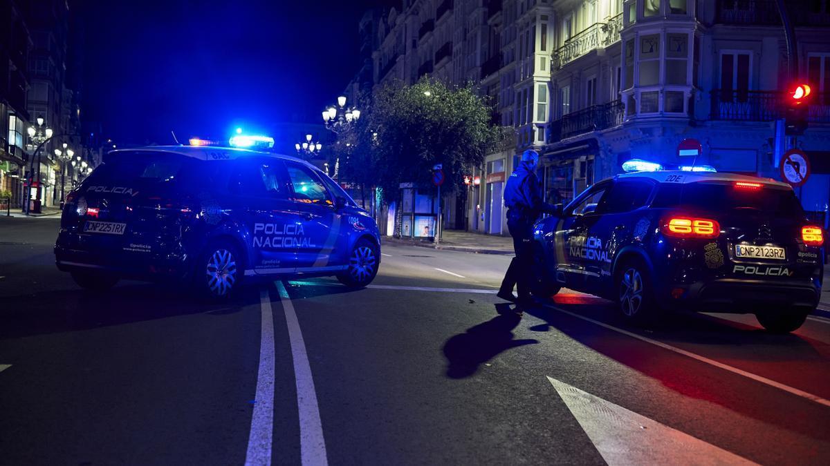 Archivo - Dos coches de Policía Nacional. Archivo