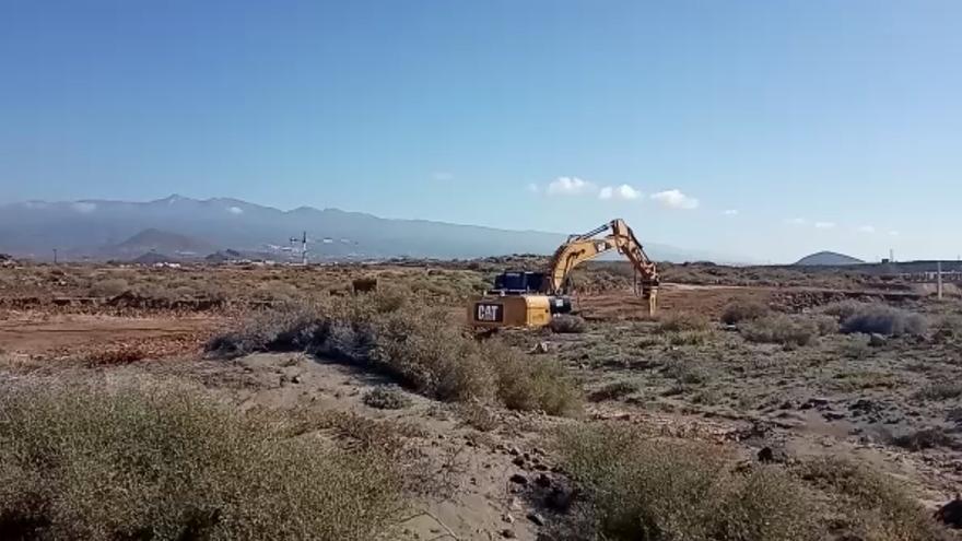 Pala mecánica trabajando en el solar en el que pretende construirse un hotel de lujo en La Tejita
