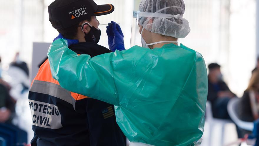 Archivo - Una trabajadora sanitaria protegida realiza un test de antígenos en Ibiza.