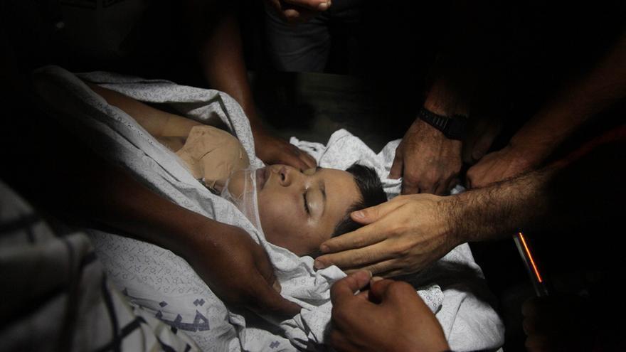 Duelo familiar por la muerte de uno de los niños muertos en un ataque israelí sobre una playa de Gaza el 16 de julio. Foto: Ezz Al-Zanoun/ZUMA Press