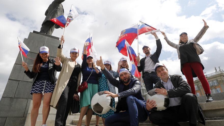 Seguidores de la Sección de Rusia en el centro de Moscú en el arranque del Mundial / EFE/EPA/FRANCIS R. MALASIG