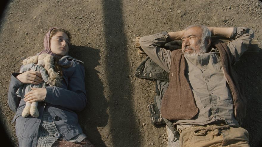 Los dos protagonistas de 'Corn Island' tumbados sobre el tercero, la isla