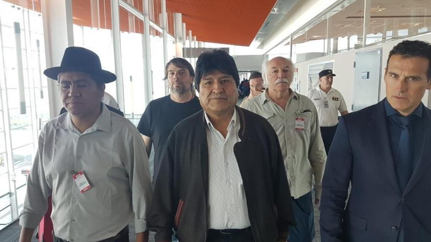 Fotografía cedida el pasado jueves por el secretario de Comunicación de la CTA de Argentina, Carlos Girotti, en la que se registró al expresidente boliviano Evo Morales (c) a su llegada a Buenos Aires (Argentina).