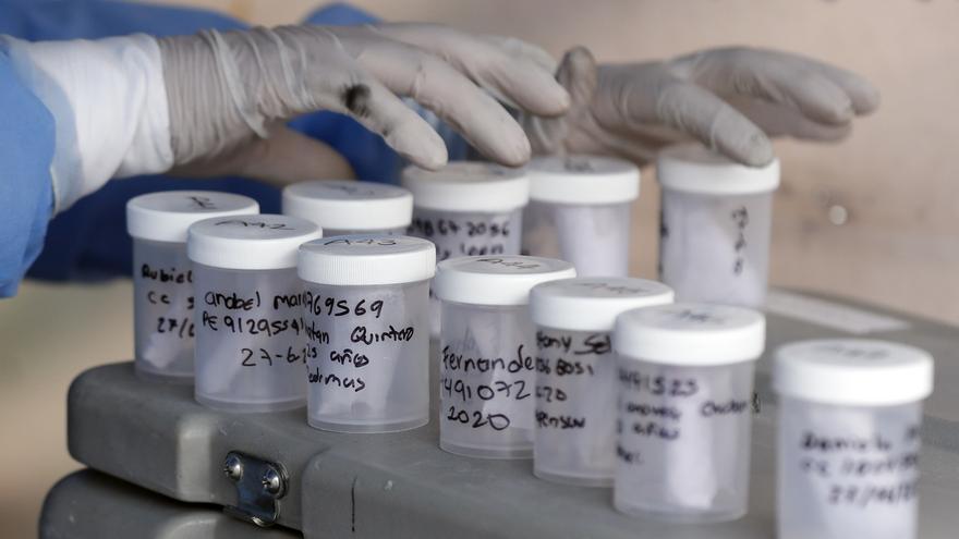 Equipos epidemiológicos toman muestras de la Covid-19.