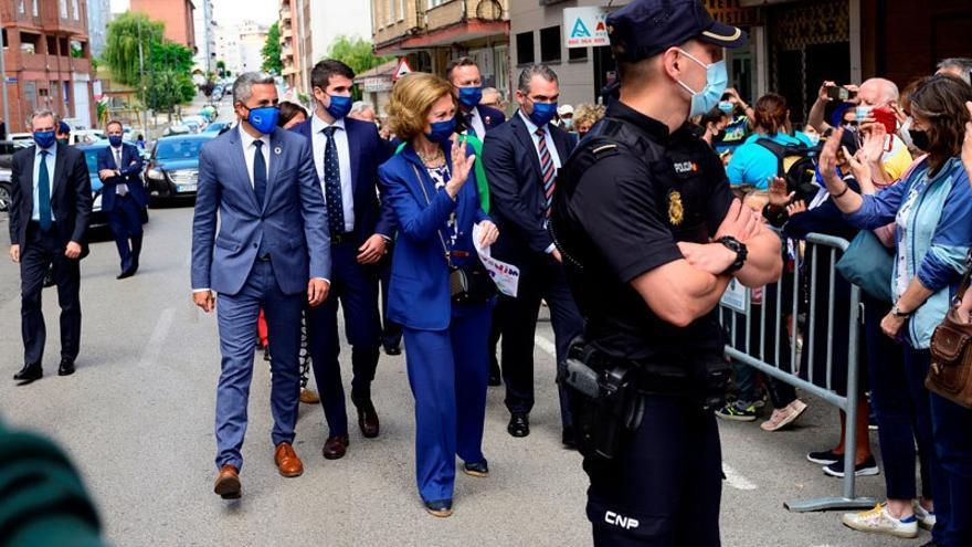 La Reina Sofía saludando al público congregado en el exterior del Banco de Alimentos de Cantabria.