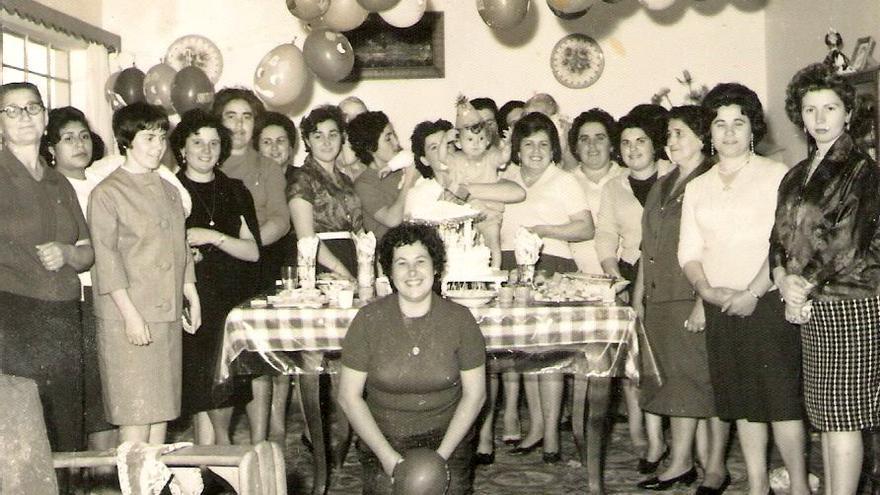 Familias gallegas en Chimbote durante una celebración.