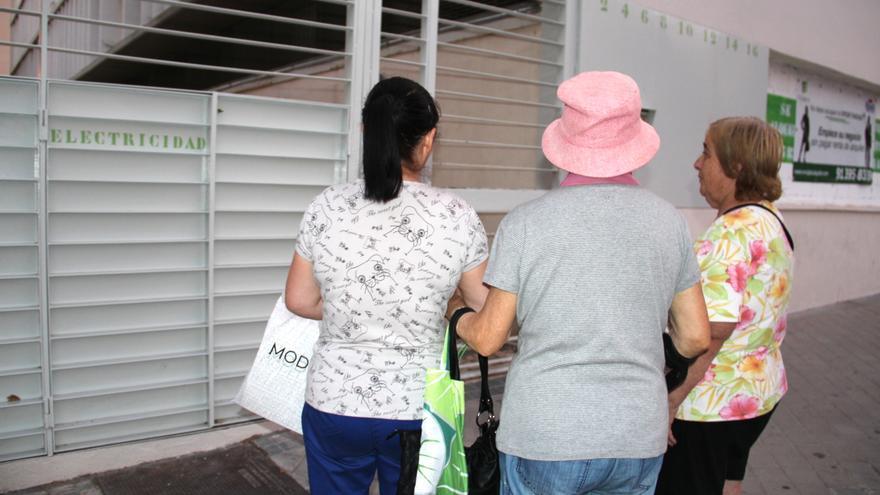 Mari Carmen y su madre acompañan a Julia a su casa. \ S.P