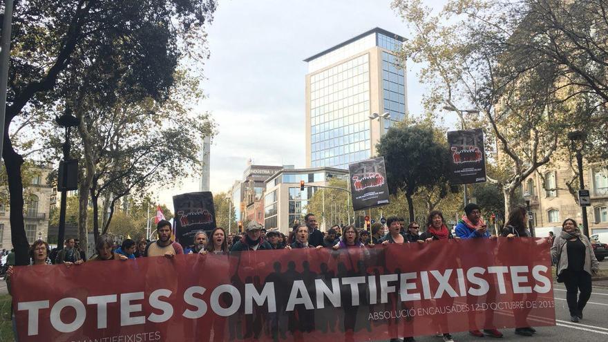 """La cabecera de la manifestación """"Todas somos antifascistas"""" en apoyo a los seis jóvenes que se enfrentan a 17 años de prisión"""