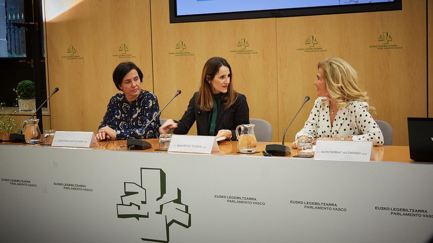 Montserrat Auzmendi, la primera por la derecha, con la presidenta del Parlamento, Bakartxo Tejeria, y Cristina Macazaga