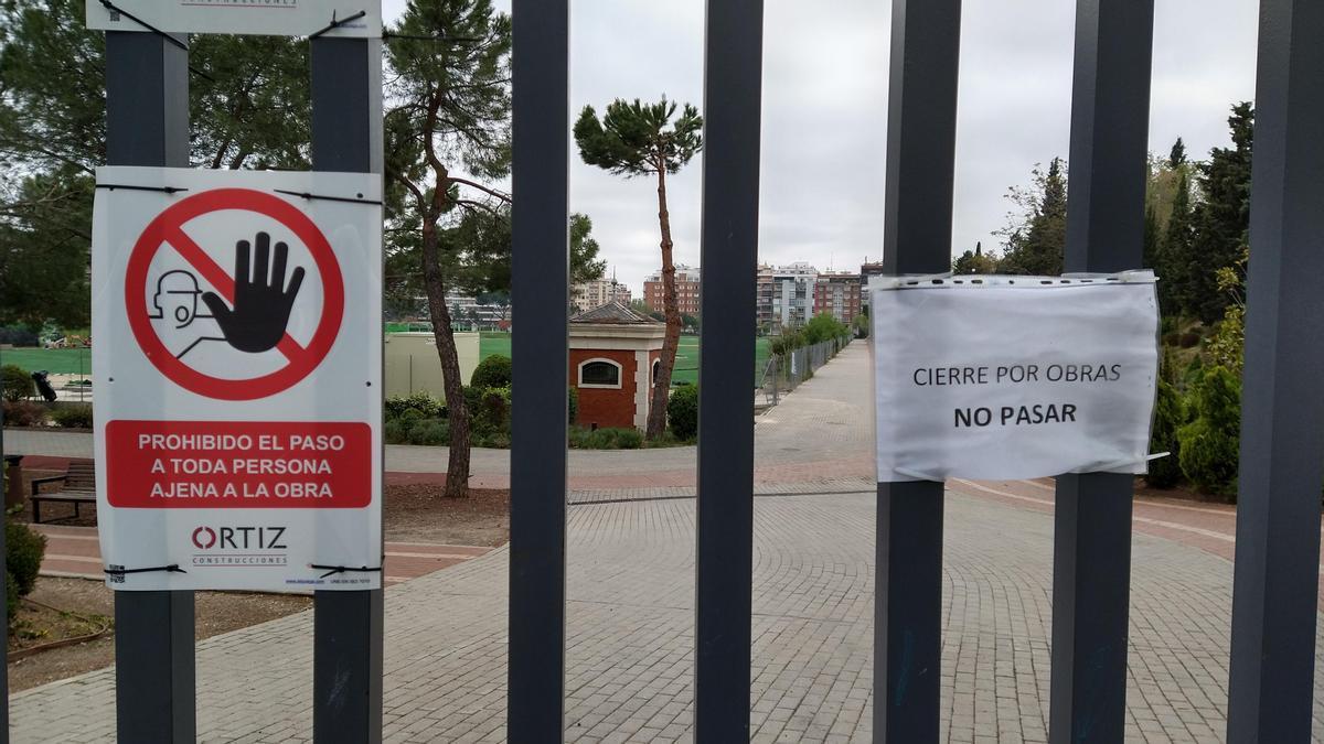 Carteles de obras en una de las entradas al Parque Santander