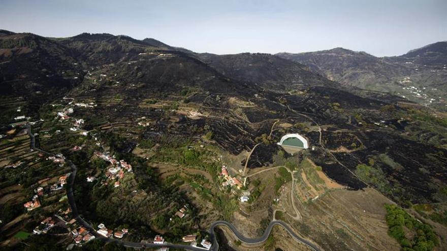 La extinción del incendio de Gran Canaria continúa tras haberse controlado