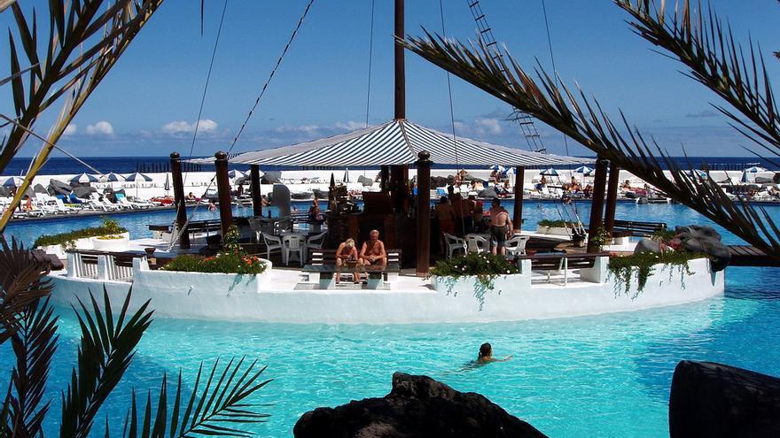 Los bares del lago marti nez presentan un erte que recorta for Piscina municipal puerto de la cruz