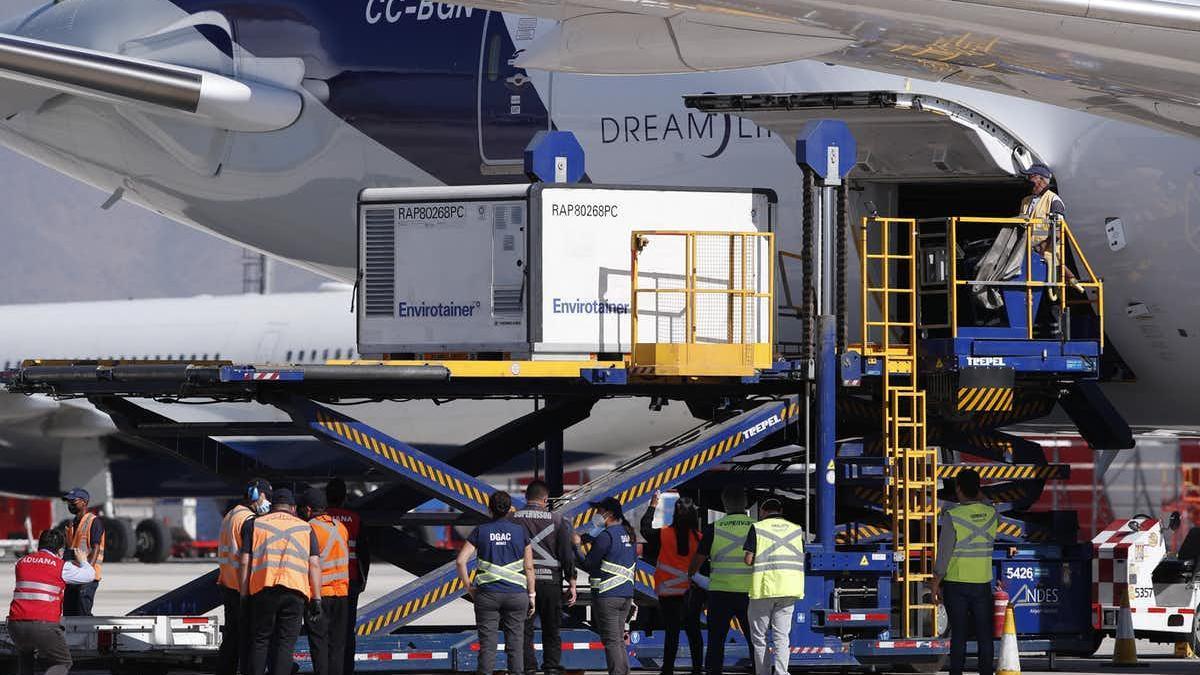 Llegada de vacunas a un aeropuerto chileno. EPA-EFE