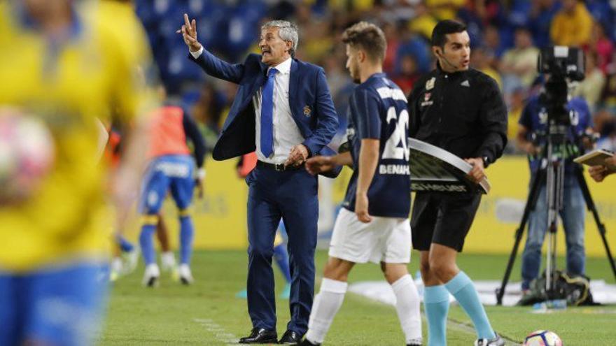 El entrenador de la UD Las Palmas, Quique Setién, durante el encuentro de la cuarta jornada de La Liga Santander que ha enfrentado a su equipo ante el Málaga en el Estadio de Gran Canaria.