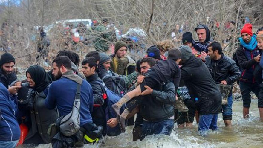 Cientos de migrantes procedentes del campamento de refugiados de Idomeni (Grecia), hoy tratan de encontrar una vía alternativa para cruzar la frontera entre Grecia y Macedonia. EFE