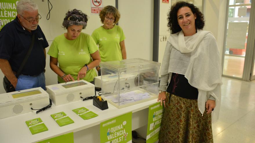La concejala de Participación, Neus Fábregas, se dispone a votar en las urnas digitales
