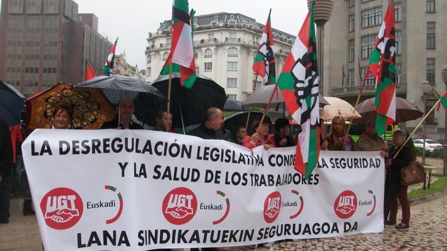 Concentración sindical de UGT en Bilbao con motivo del Día Mundial de Seguridad y Salud Laboral.