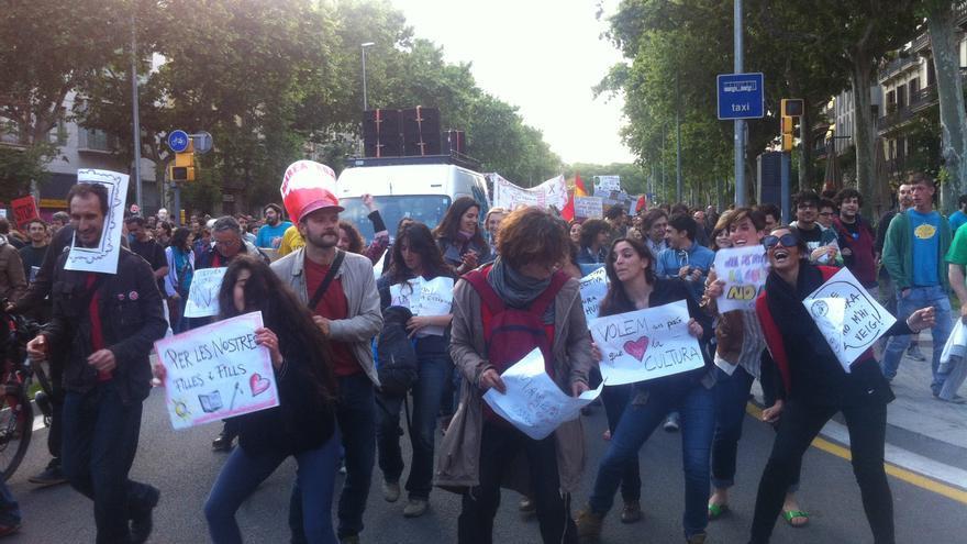 Membres de la Marea Roja en defensa de la cultura ballant a la manifestació / João França