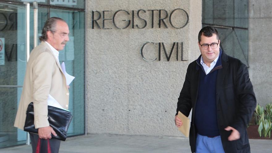 Luis Lleó, con su abogado, a la salida de los juzgados. (ALEJANDRO RAMOS)