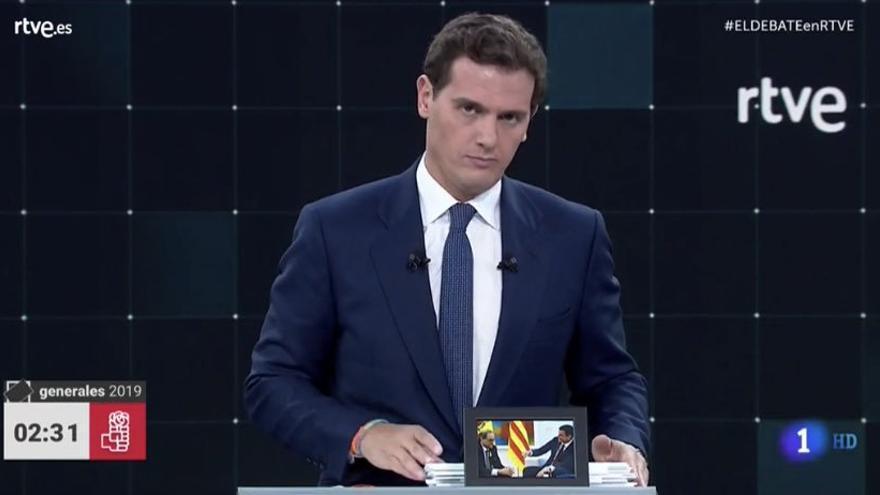 Rivera muestra la foto de la reunión de Sánchez y Torra en el debate de TVE.