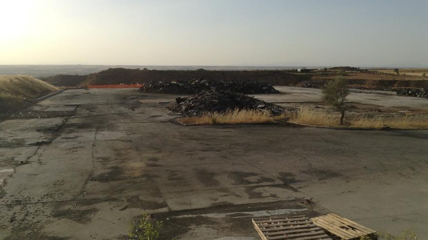 Parcela de la planta de residuos incendiada en Chiloeches / Raquel Gamo
