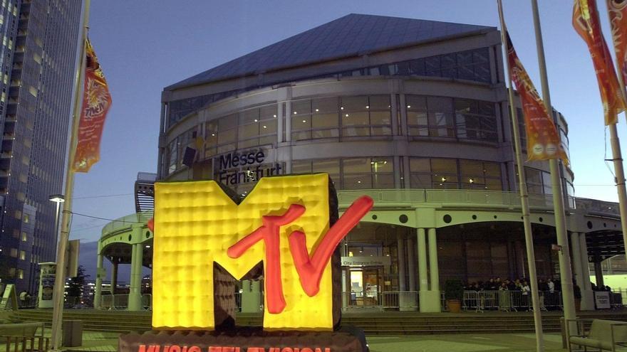 La serie comenzó a emitirse en 1993 en MTV y se convirtió en una serie de culto muy vinculada a la generación X (nacidos entre mediados de los 60 y comienzos de los 80).
