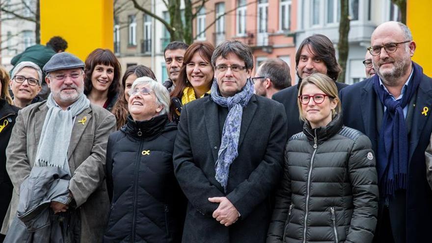 El expresident catalán Carles Puigdemont con una delegación del grupo parlamentario de JxCat, en Bruselas, en una imagen de archivo / EFE
