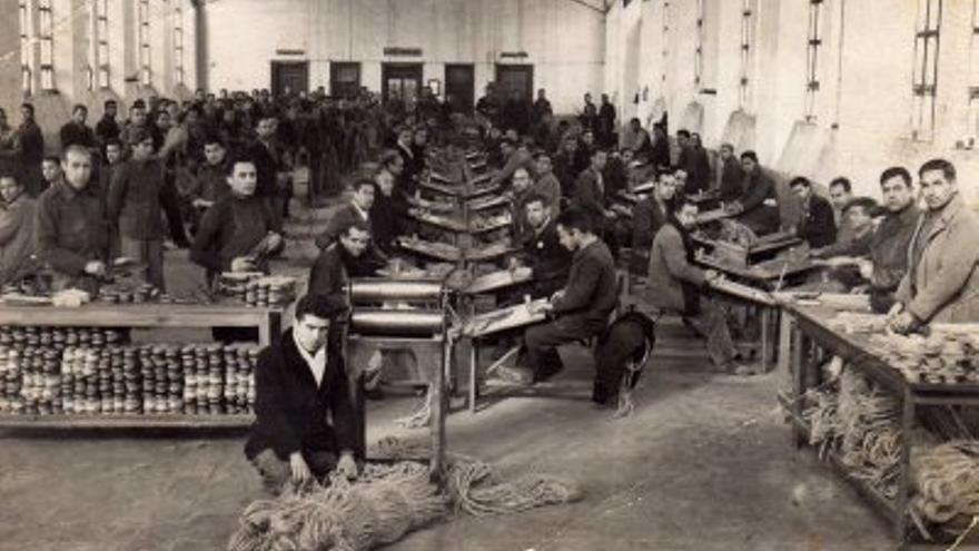 Taller de alpargatería y cuerdas de cáñamo de El Dueso (Cantabria), en los años 30. Fotografía extraída del blog 'Fotos antiguas de Ibi'.