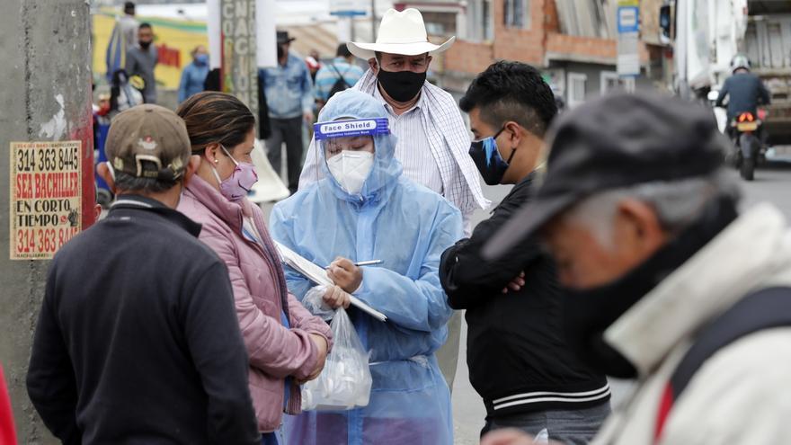 Equipos epidemiológicos de la Secretaría de Salud realizan la toma aleatoria de muestras de la Covid-19 el 27 de junio de 2020, en el barrio Vista Hermosa, localidad de Ciuda Bolívar, en Bogotá (Colombia).