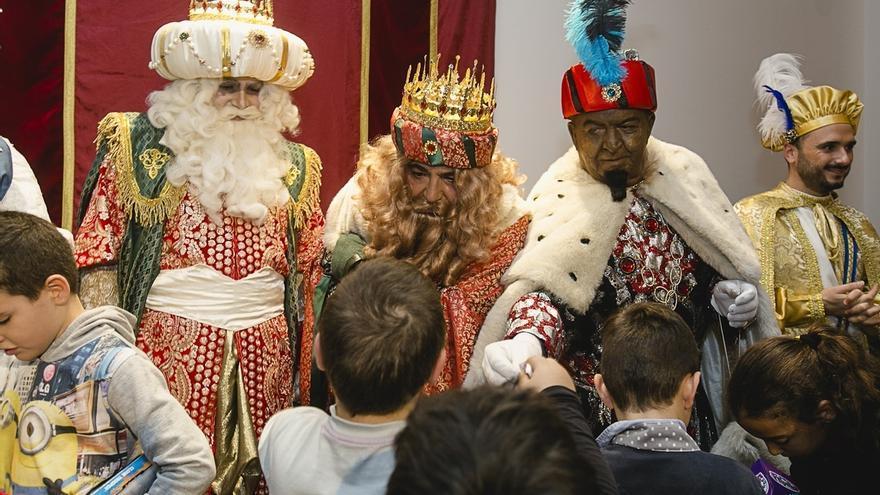 Los Reyes Magos visitan la Fundación Cajasol para hacer entrega de los juguetes a niños sin recursos