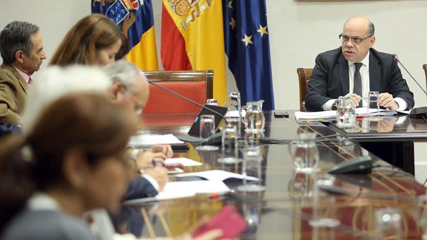 El consejero de Presidencia, Justicia e Igualdad del Gobierno de Canarias, José Miguel Barragán (d), en una comparecencia parlamentaria