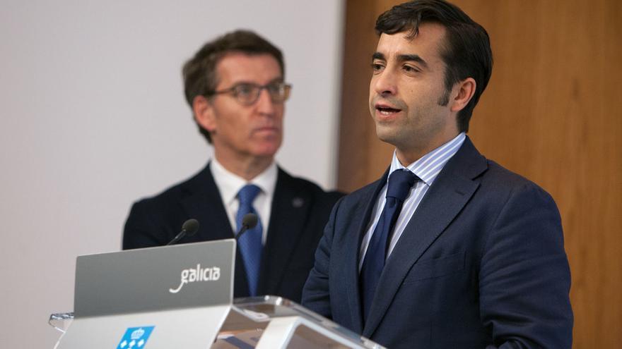 El conselleiro de Política Social, con Feijóo en una comparecencia pública