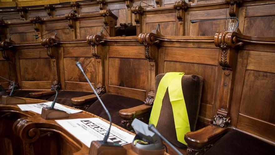 Los Mossos revisan consellerías y advierten que no pueden colgar lazos amarillos