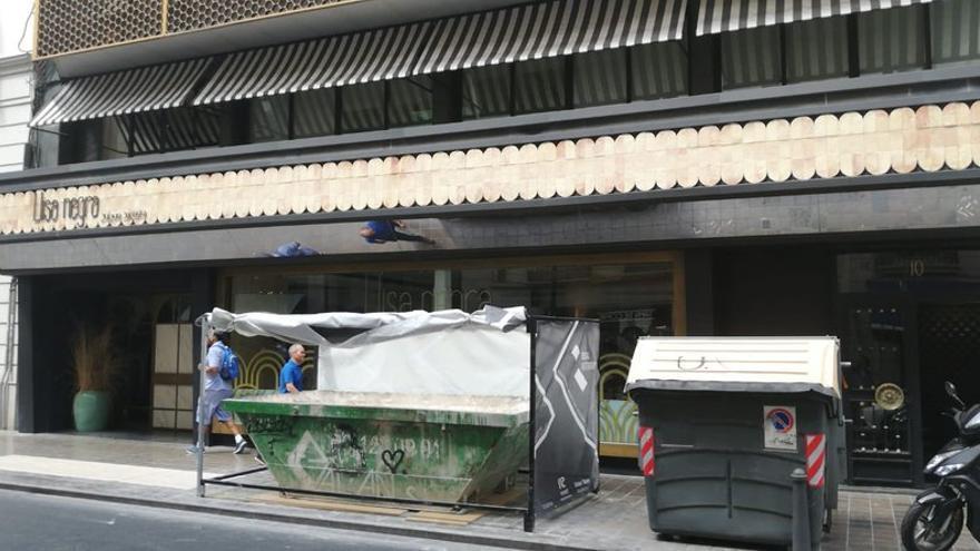 El contenedor de obra instalado a las puertas del restaurante 'Llisa Negra'