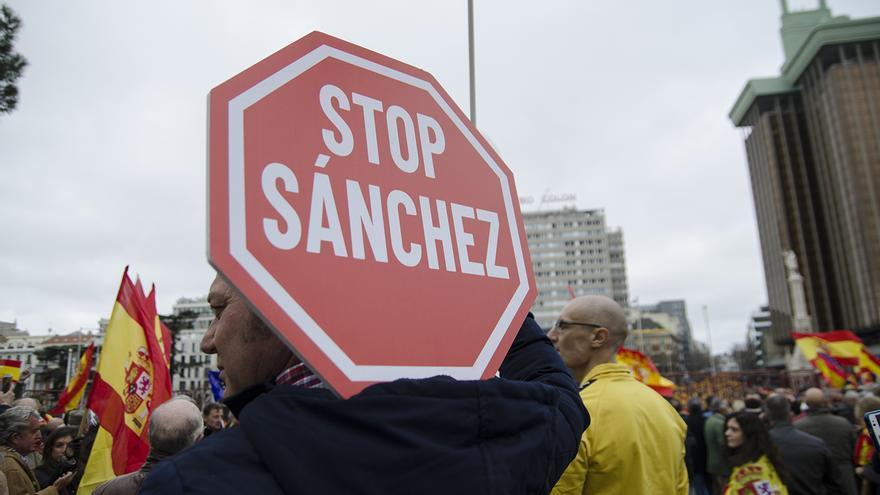 Un manifestante, con un cartel de 'Stop Sánchez'