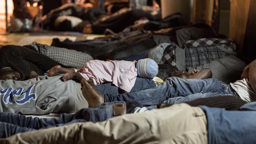 Un bebé descansa sobre su padre en la cubierta del Argos. 7 de cada 10 personas rescatadas en el Mediterráneo central en los primeros nueve meses de 2016 procedían de África subsahariana. Nigeria (19%), Eritrea (13%) y Sudán, Gambia y Costa de Marfil (7%), principales países de origen.  Fotografía: Christophe Stramba-Badiali / MSF