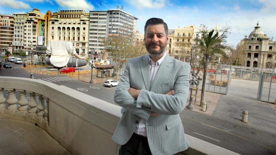 El concejal de Cultura Festiva y presidente de Junta Central Fallera (JCF), Carlos Galiana, en el balcón del Ayuntamiento con la falla municipal al fondo