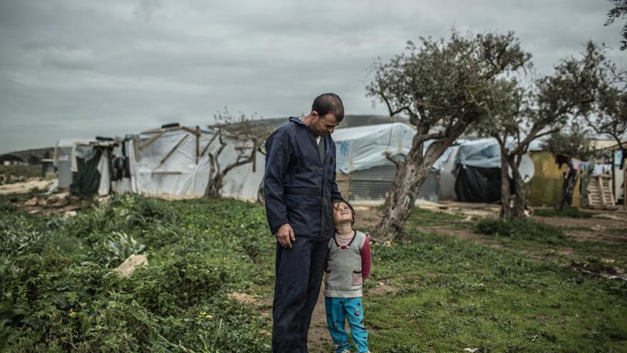 Abdelghewi Ala Salmo. Huyó de Hasaka en el 2012 con su familia. Trabajaba de taxista. Ahora trabaja esporádicamente como repartidor de materiales y vive en una vivienda de madera y plástico en el asentamiento de refugiados sirios en la ciudad de Chekka al norte de Líbano.