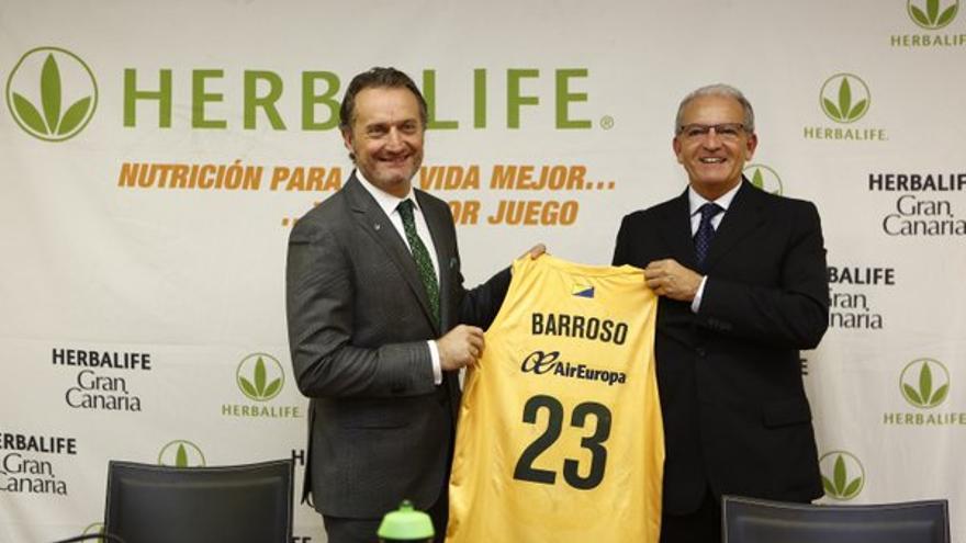 El director de Herbalife, Carlos Barroso, y el presidente del Gran Canaria Baloncesto, Miguelo Betancor.
