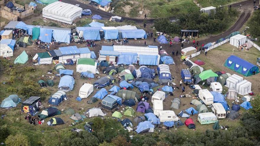 Imagen de archivo: Vista aérea del campamento de inmigrantes instalado en Calais, en el noroeste de Francia/ Efe