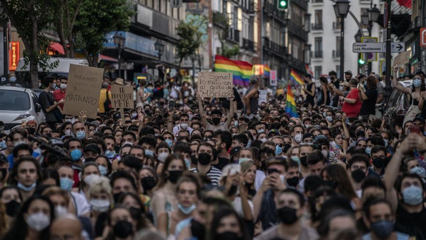 Un joven sostiene una pancarta en la concentración convocada en Madrid contra el asesinato de Samuel.