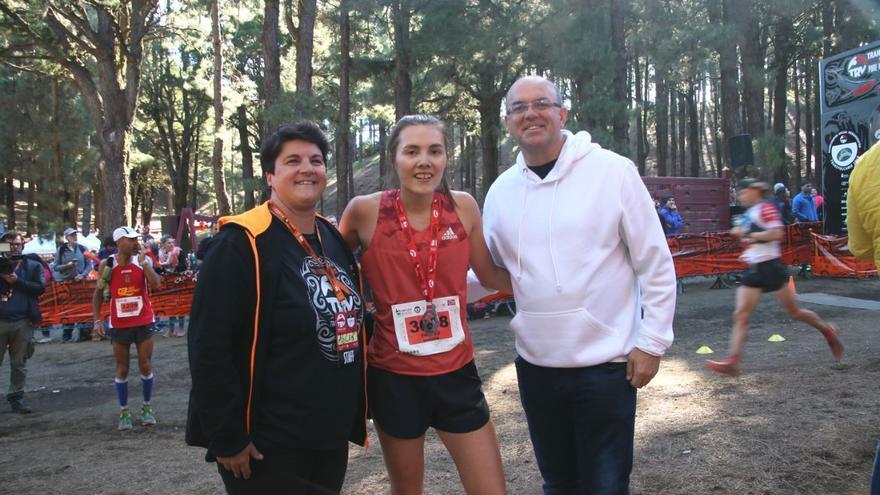 Yngvild  Kaspersen, ganadora en la competición femenina de la Media Maratón Plátano de Canarias 2019, con la consejera insular de Deportes ,Ascensión Rodríguez, y el presidente del Cabildo de La Palma, Anselmo Pestana.