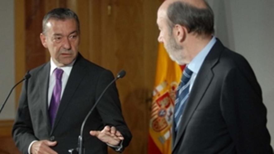 Paulino Rivero, junto a Rubalcaba. (ACFI PRESS)