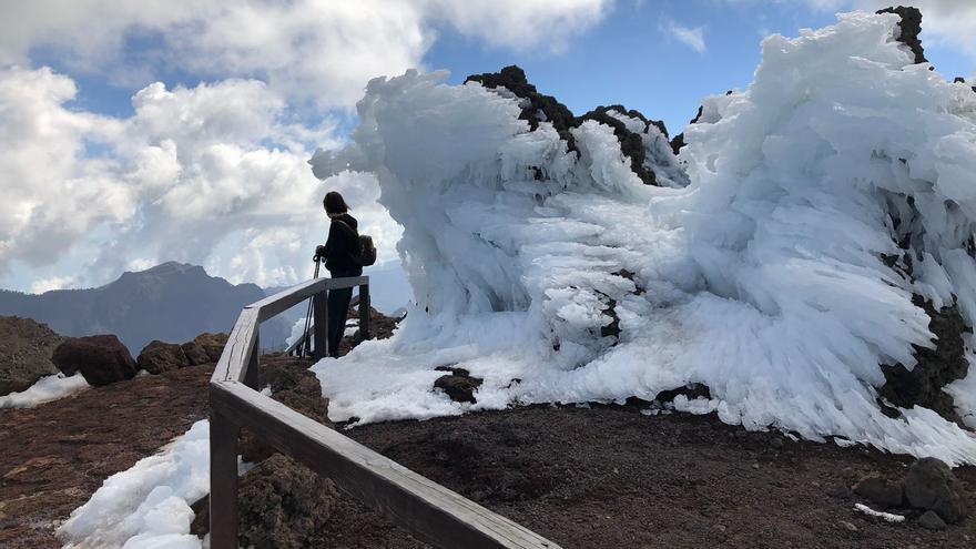 El invierno, como se puede observa en la fotografía  realizado este viernes, 16 de febrero, ha modelado singulares esculturas hielo en el entorno del Roque de Los Muchachos.