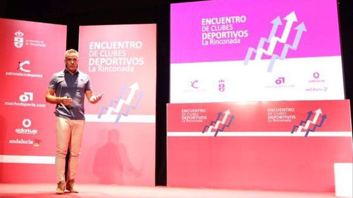 Imagen de la charla de Marcos Álvarez en el centro cultural de La Rinconada.